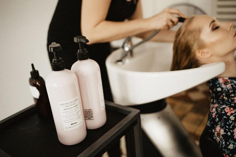 Modelowanie włosów w salonie